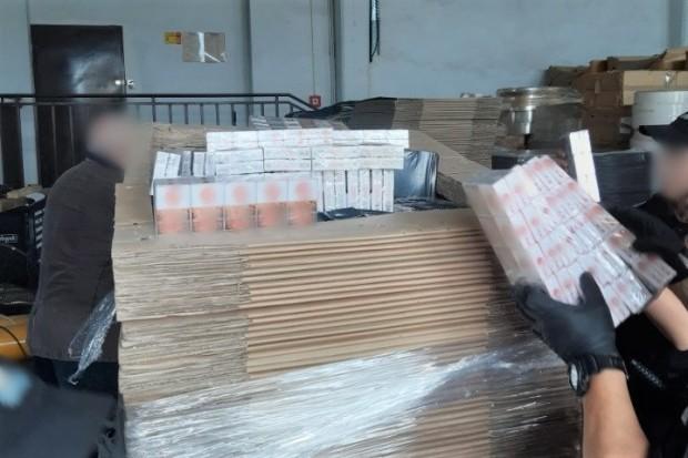 A4: wpadł Łotysz, który ukrył 400 tys. nielegalnych papierosów w… płytach meblowych