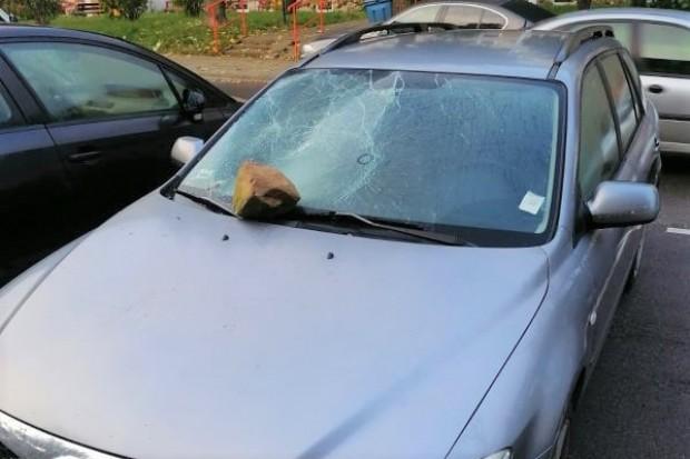 Głazem zdemolował auto na Starzyńskiego. Podejrzewany wandal zatrzymany