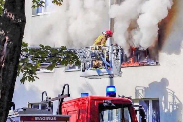 Pożar mieszkania w wieżowcu przy Bielskiej. Kilka osób poszkodowanych. Znamy przyczynę