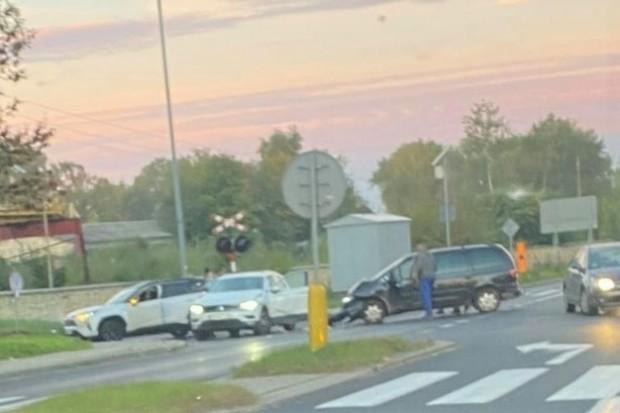 Dwa volkswageny zderzyły się na Modłowej, 6-letnie dzieckotrafiło do legnickiego szpitala