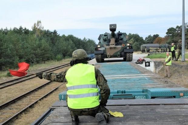 Artylerzyści trenowali załadunek sprzętu wojskowego na transport kolejowy