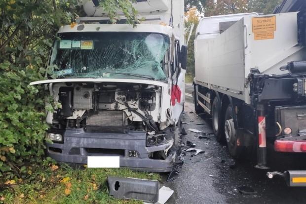 Dwie ciężarówki zderzyły się na drodze krajowej, jedna osoba ranna