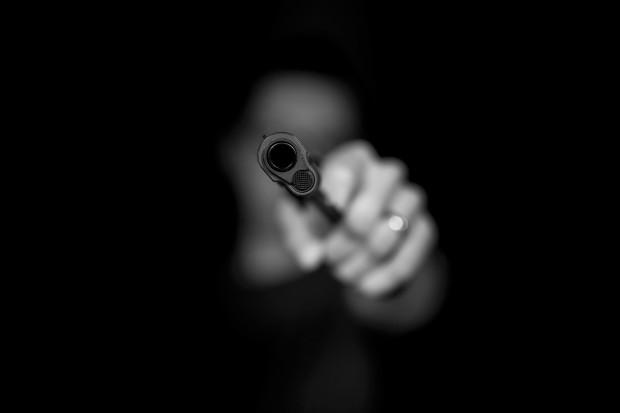 Sterroryzował nastolatka pistoletem na przystanku, okradł, zażądał papierosa. Jest areszt