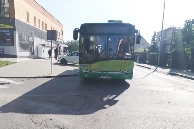 Audi zderzyło się z autobusem przy Łasickiej w Bolesławcu