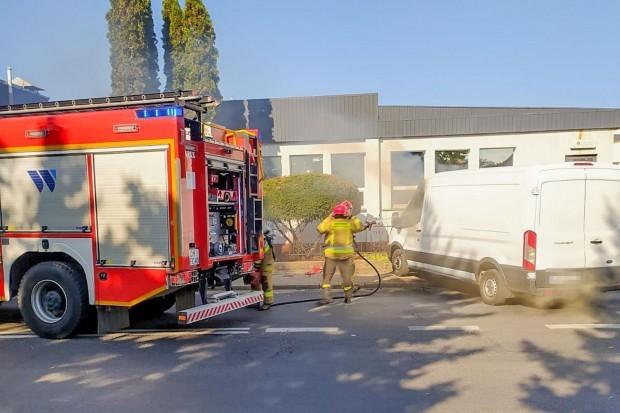 Bus zapalił się koło Carrefoura w Bolesławcu