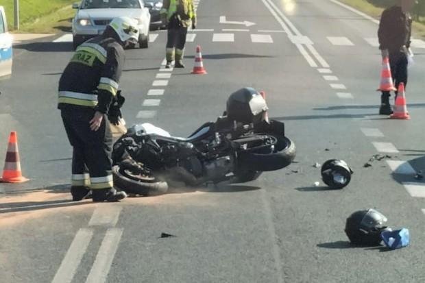 Zderzenie motocykla z autem. Osoby podróżujące jednośladem ranne