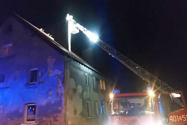 Zapaliła się sadza w kominie w budynku mieszkalnym w Modłej