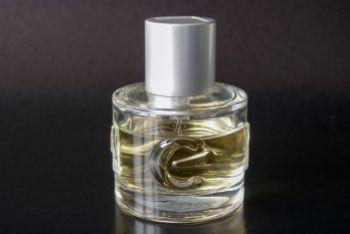 Bezdomny ukradł perfumy, szarpał się z ochroniarzem. Uciekając, wybił szybę