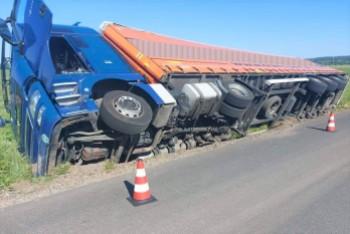 Szczytnica: Ciężarówka wpadła do rowu