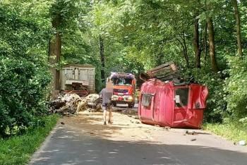 Wyrwana kabina po zderzeniu ciężarówki z drzewem. Kierowca trafił do szpitala