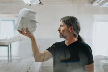 Stanisław Brach na otwarciu bolesławieckiego pleneru ceramiczno-rzeźbiarskiego