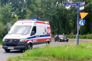Renault wypadł z drogi i uderzył w znak. Kierująca z mandatem