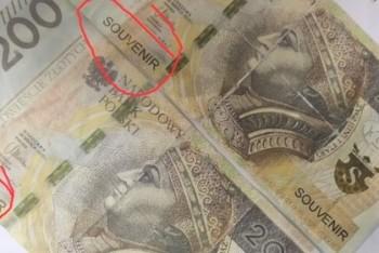 "61-latek zapłacił za zakupy banknotem z napisem... ""pamiątka"""