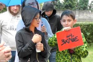 Deszcz niestraszny – kolejny raz ludzie spotkali się przed Sądem w Bolesławcu
