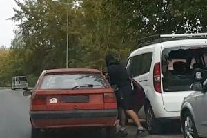 Poszukiwany przestępca z zakazem sądowym wpadł, bo… włamał się do auta