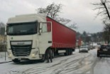 Śnieg i lód na drogach Bolesławca. Zima zaskoczyła kierowców i drogowców