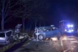 Policjanci gasili płonący pojazd, w którym zakleszczona była 57-letnia kobieta
