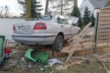 Łaziska: Volvo wypadło z drogi i staranowało ogrodzenie