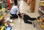 Rzucił się z 30-cm nożem na strażników w markecie