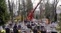 Zdrowe drzewo zniszczyło 13 nagrobków. Kto pokrywa szkody?