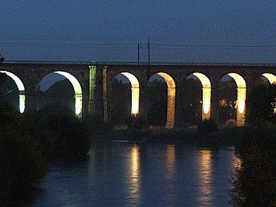 Podświetolny wiadukt kolejowy, widok od strony rzeki