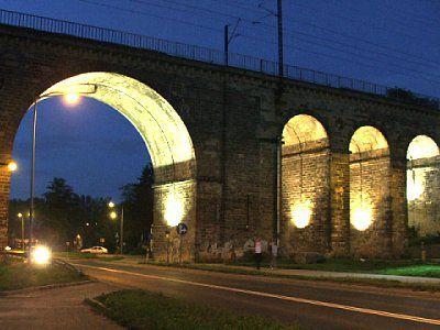 Podświetlony Wiadukt kolejowy, przejazd dla samochodów