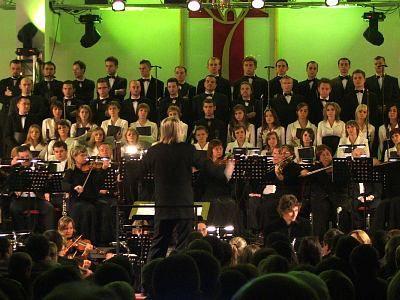 Piotr Rubik dyryguje orkierstrą i chórem
