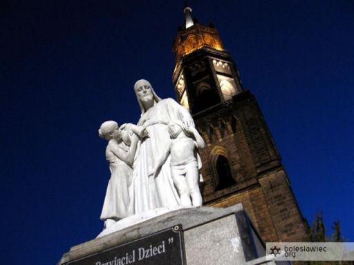 Rzeźba przed kościołem Matki Bożej Nieustającej Pomocy