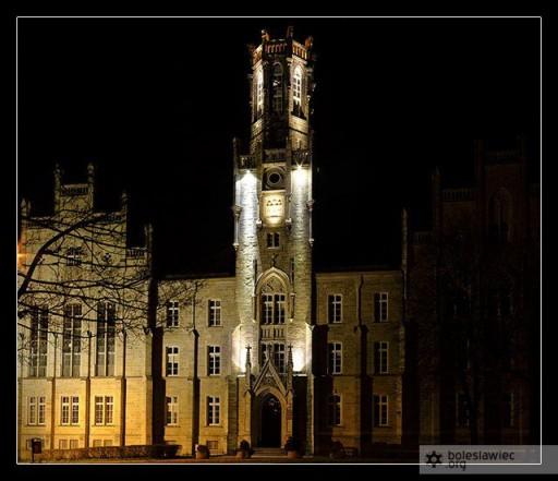 Budynek sądu nocą