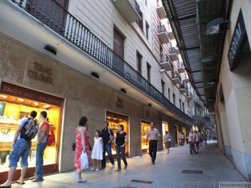 Kamienice i wąskie uliczki w Barcelonie
