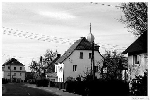 Przy głównej drodze II - kosciół w Warcie Bolesławieckiej