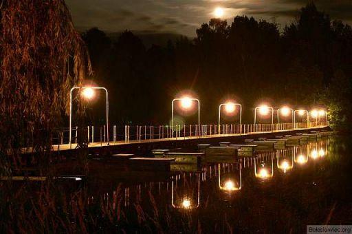 W księżycową jasną noc...