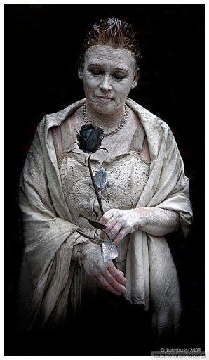 Portret z niebieską różą