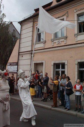 Papa Glinolud dumnie prowadzi paradę