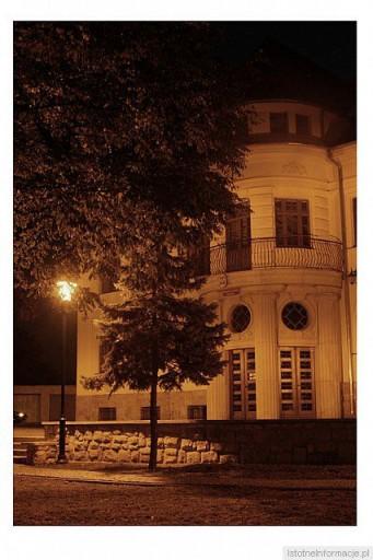 Fragment budynku prokuratury ( dawne WKU ) noca