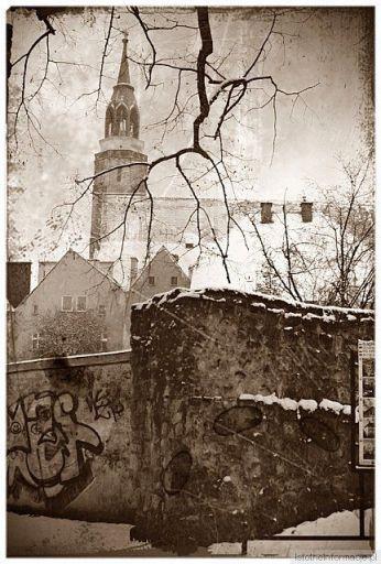 Die Statmauer und im Hintergrund die Pfarrkirche Mariä Himmelfah