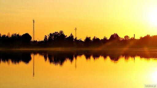 przy  zachodzie słońca nad wodą