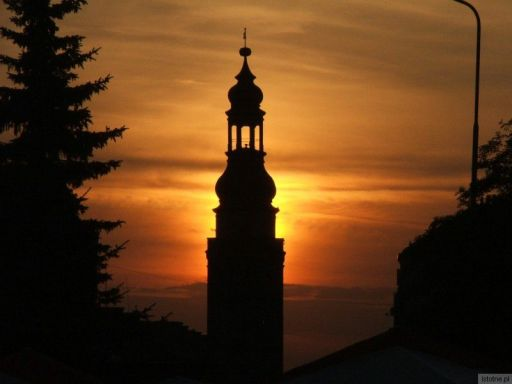 Wieża ratusza na tle zachodzącego słońca