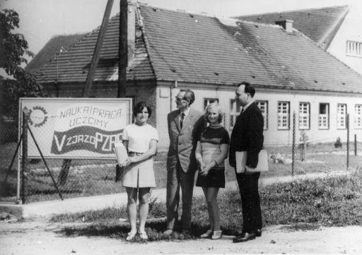 Wejście z Alei 1000-lecia do ZSB. Na zdjęciu: Tadeusz Sak i Karol Szymaszkiewicz w towarzystwie uczennic.