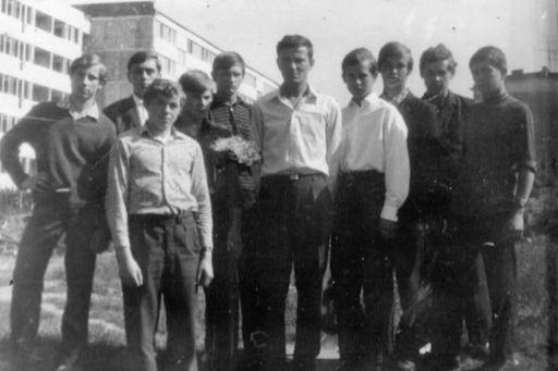 Nauczyciel zawadu Staniszewski Józef z uczniami na ,,Osiedlu Południe