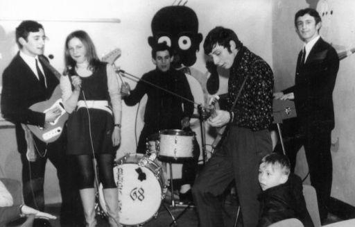 Zespół arystyczny w trakcie występów w kawiarni szkolnej. (1970/71r)