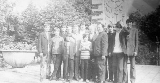 Część uczęstników wycieczki w Bieszczady z dyrejtorem Tadeuszem Sakiem. (1973r)