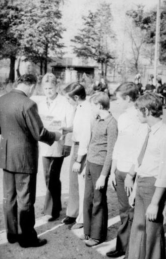 Wręczanie dyplomów w czasie ślubowania przez Satołę Józefa. (7.10.1973r)