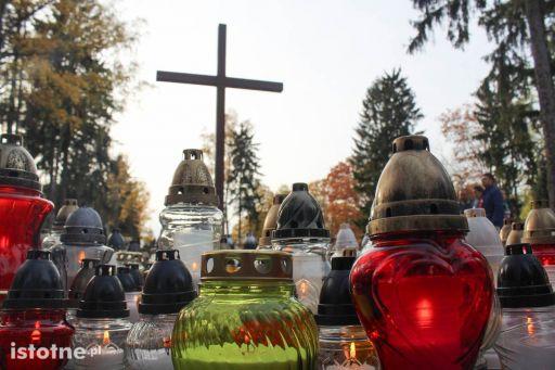 Znicze na cmentarzu w Bolesławcu