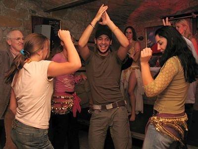 Shafeek Ibrahim tańczy między kobietami