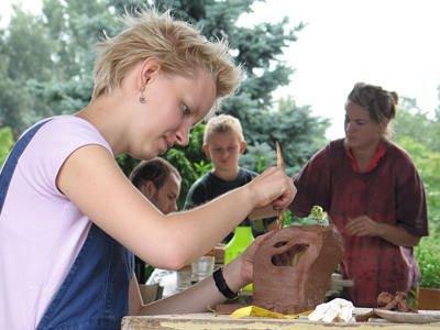 Dziewczyna rzeźbiąca w glinie