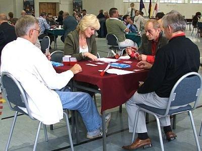 Ludzie grają w karty przy stoliku