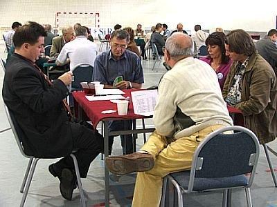 Ludzie przy stoliku grają w karty