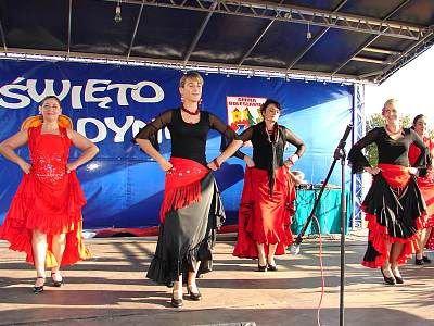 Kobiety tańczą na scenie