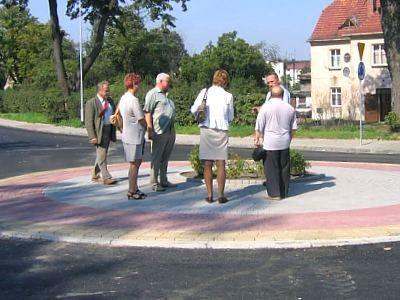 Ludzie na nowym rondzie przy ulicy Warszawskiej